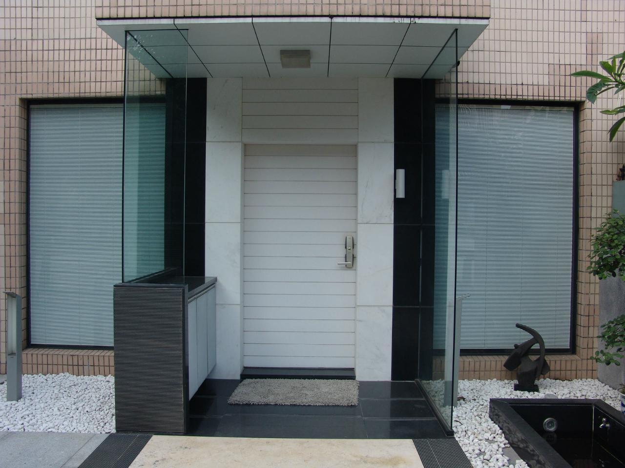 在現在辦公樓宇和家庭的裝修都在講究綠色裝修,這是什么意思呢?就是在裝修上選擇的材料更加環保、節能。一般來說,在裝修中選擇的窗戶都有選擇百葉窗,因為百葉窗可以讓辦公室或家庭看上去更加自然、綠色,而且在如果結果現代科技感非常強的電動百葉窗就更加綠色節能,我們就來淺談 電動百葉窗怎樣節能環保。 首先了解百葉窗的歷史,誕生到至今已近200多年,之前在歐洲一時盛行,所以現在百葉窗的風格更加傾向歐派,后來傳入中國,百葉窗就開始普遍起來?,F在更多樓宇都多在使用實木百葉和電動百葉等,在材料上電動百葉就可以利用再生資